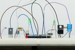 Mikrokontroller för bräde för elektronisk strömkrets diy med resisteren, tran fotografering för bildbyråer