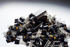 Mikrokontroller på högen av transistorer Arkivfoton