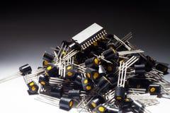 Mikrokontroller på högen av transistorer Arkivbild