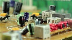Mikrokreislaufchip mit elektronischen Bauelementen stock video