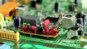 Mikrokreislaufchip mit elektronischen Bauelementen stock footage