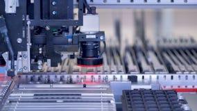 Mikrokreislaufchip mit Produktion der elektronischen Bauelemente auf moderner automatisierter Maschine 4K stock video