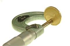 Mikrometer misst Geld Stockfotos
