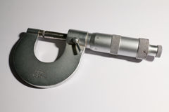 Mikrometer på vit bakgrund, närbild Royaltyfri Foto