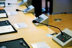 Mikrophone im Konferenzsaal Lizenzfreies Stockfoto