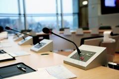 Mikrophone im Konferenzsaal Stockbilder