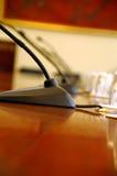 Mikrophone im leeren Konferenzsaal Stockbild