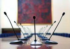 Mikrophone im leeren Konferenzsaal lizenzfreies stockfoto