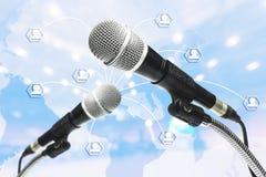 Mikrophone machen Multimediaprojekte in Leute Stockfotografie