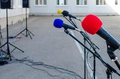 Mikrophone mit farbigen Düsen für ein Konzert oder eine Leistung lizenzfreies stockfoto