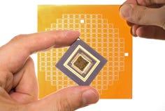 Mikroprocesoru i układu scalonego maska w ręce Zdjęcia Royalty Free
