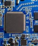 Mikroprocessor på blått strömkretsbräde Närbild av en datormikrochips Royaltyfri Bild