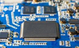 Mikroprocessor på blått strömkretsbräde Närbild av en datormikrochips Arkivfoton