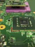 Mikroprocessorn och dess hålighet på moderkortet royaltyfri foto