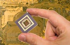 Mikroprozessor in der Hand über PWB Lizenzfreie Stockfotos