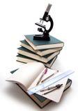 Mikroskop auf Bücher. lizenzfreie stockfotos