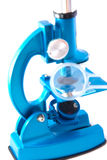Mikroskop auf weißem Hintergrund Stockfotografie