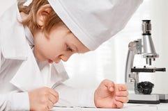 Mikroskop chłopiec zdjęcia stock