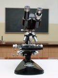 Mikroskop der alten Schule stockfotos