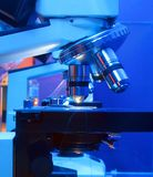 Mikroskop in der Tätigkeit Stockfotos