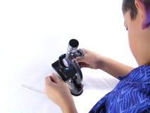 mikroskop för 2 pojke Fotografering för Bildbyråer