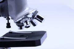 Mikroskop för forskare- och studentlaboratorium Fotografering för Bildbyråer