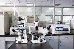 Mikroskop i ett laboratorium Fotografering för Bildbyråer