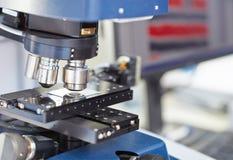 Mikroskop i ett laboratorium Arkivbilder
