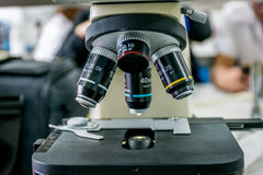 Mikroskop i laboratorium Arkivfoto