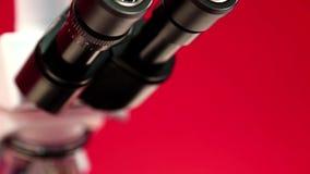 Mikroskop i medicinskt laboratorium arkivfilmer