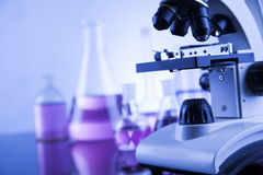 Mikroskop i medicinskt laboratorium, forskning och experiment Royaltyfria Bilder