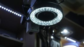 Mikroskop med det LEDDE panelljuset stock video