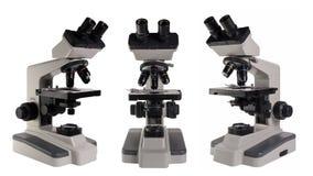 Mikroskop som isoleras under den vita bakgrunden arkivfoton