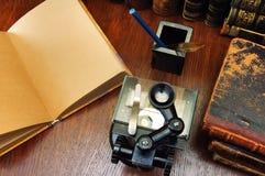 Mikroskop und alte wissenschaftliche Bücher Stockbild