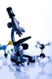 Mikroskop und Atom Stockfotografie