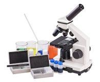 Mikroskop und biologische Reagenzien stockfotos