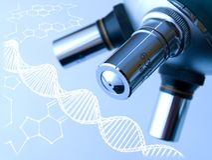 Mikroskop und DNA-Molekül. Stockfotografie
