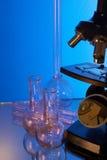 Mikroskop und Laborglasswares Lizenzfreies Stockbild