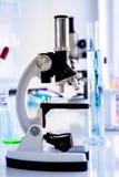 Mikroskop w laboranckim pokoju zdjęcie stock