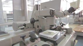 Mikroskop w laboratorium zdjęcie wideo