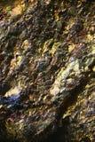 Mikroskopbild des bunten Kupfererzes Stockfotos