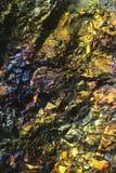 Mikroskopbild des bunten Kupfererzes Stockfotografie
