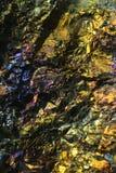 Mikroskopbild des bunten Kupfererzes nannte Chalcopyrite Stockbild