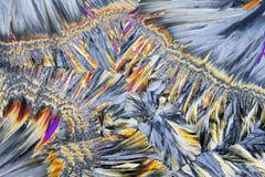 Mikroskopisk sikt av rörsockerkristaller i polariserat ljus Arkivbild
