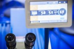 Mikroskoplinsen und -okulare in einem Labor oder einem Schulungszentrum stockfoto