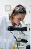 mikroskopu przyglądający naukowiec obraz stock