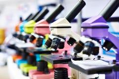 Mikroskopy dla dzieci w szkole obrazy royalty free