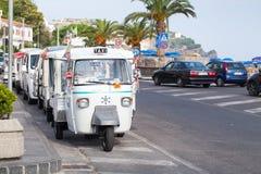 Mikrotaxistand parkte auf einem Straßenrand, Italien Lizenzfreies Stockfoto