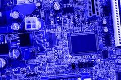 Mikroukład, filtr, capacitors, bateria, włączniki na płycie głównej nowożytny komputerowy błękitny tła zakończenie makro- Zdjęcia Royalty Free