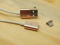 Mikrousb-Adapter mit Magnetumwandlung Lizenzfreie Stockfotografie